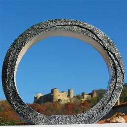 Sculpture anneau avec vue sur le château de Ravel