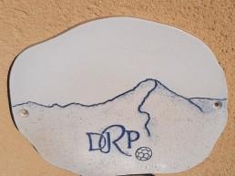 Plaque de maison personnalisée en grès avec le Puy Mary et un ballon de foot
