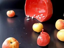 Sculpture en grès pomme rouge avec ses pépins